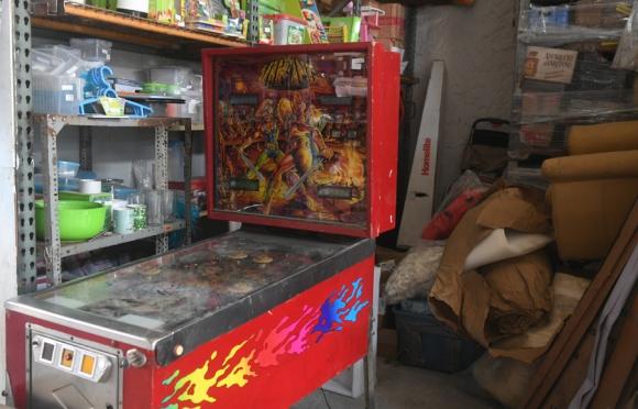 Variedad: entre tappers y tazas, un flipper espera comprador. Foto: F. Flores