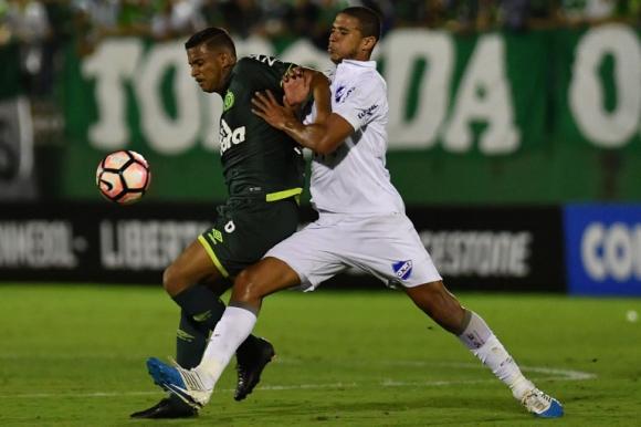 Diego Arismendi lucha con Reinaldo por el balón. Foto: AFP