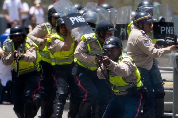 La policía bloqueó la marcha opositora con gases lacrimógenos y balas de goma. Foto: AFP