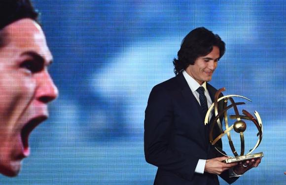 Edinson Cavani con el premio a mejor jugador de Francia. Foto: AFP