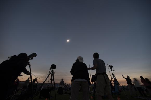 El eclipse de sol se dio por primera vez en 99 años. Foto: AFP