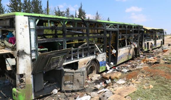 Una camioneta con explosivos se lanzó contra los ómnibus. Foto: Reuters