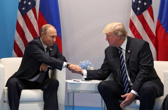 Vladimir Putin y Donald Trump se saludan en la cumbre del G20 en Hamburgo. Foto: EFE