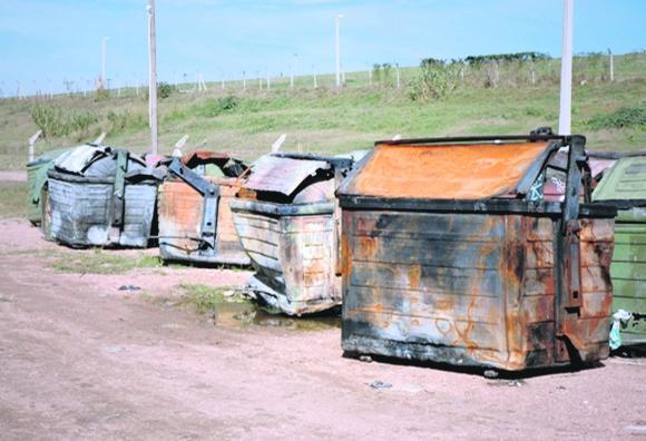 Robos de piezas o incendios intencionales destruyen contenedores. Foto: IMM
