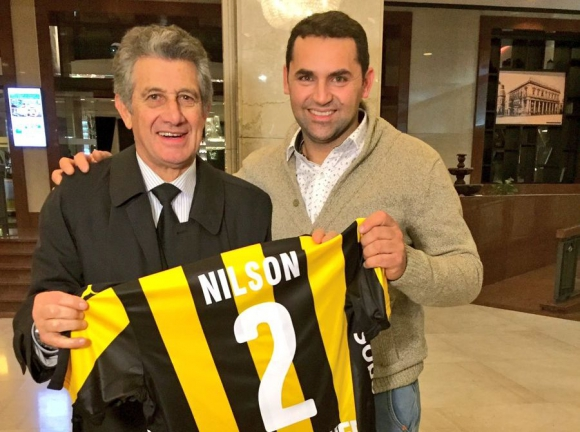 Fernando Morena obsequió a Nilson una camiseta con su nombre. Foto: @oficialcap