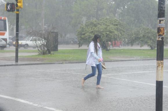 Los montevideanos se refugian de la lluvia. Foto: Ariel Colmegna