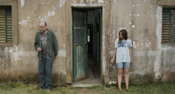 Un padre y una hija en un pueblo de la frontera entre Brasil y Uruguay.