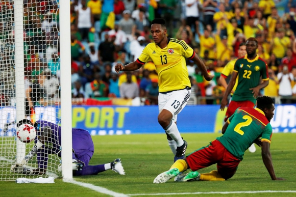 Yerri Mina anota el tercer gol colombiano. Foto: Reuters