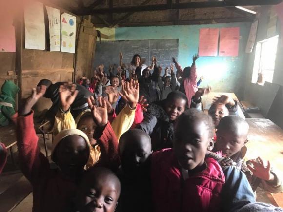 Los días que duerma en el orfanato, Strauch ayuda a los niños con los deberes, a lavar la ropa y a preparar comida.Foto: Facebook Federica Strauch