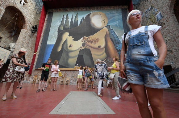 Salvador Dalí está sepultado en el Teatro Museo de Figuera en Cataluña. Foto: AFP