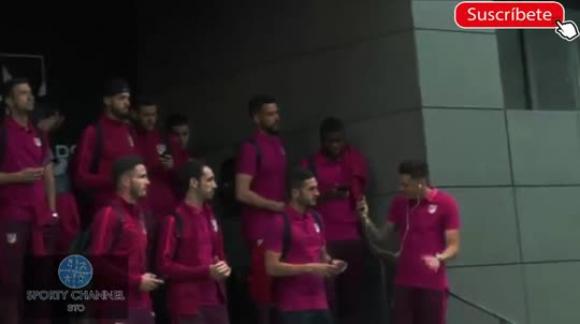 Hinchas del Atlético Madrid alientan en la previa de la semifinal de la Champions