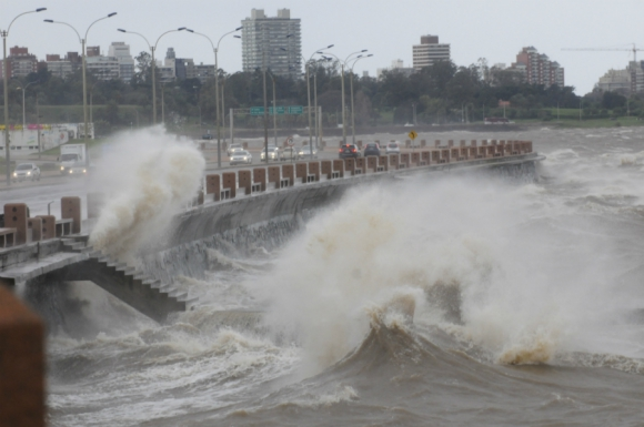 Fuertes vientos azotan Montevideo. Foto: Marcelo Bonjour