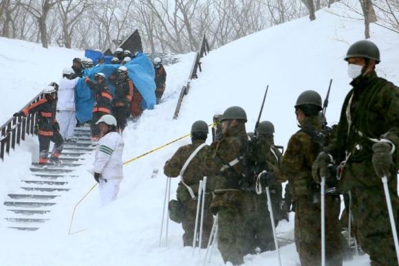 Rescatistas socorren a las víctimas de la avalancha en Japón. Foto: AFP.