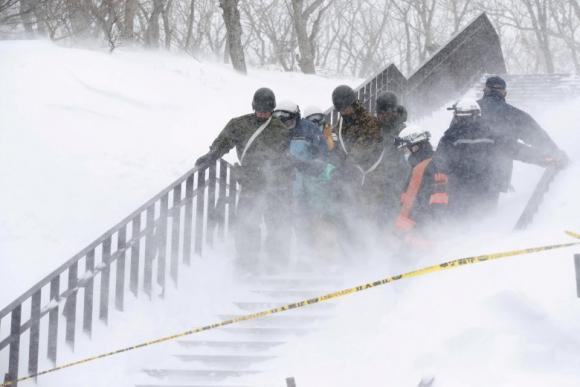 Rescatistas socorren a las víctimas de la avalancha en Japón. Foto: Reuters.