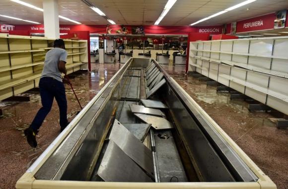 Saqueadores en Valencia, a 160 km de Caracas se llevaron todo. Foto: AFP