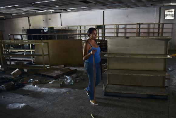 Saqueadores arrasaron con los comercios en Venezuela. Foto: AFP