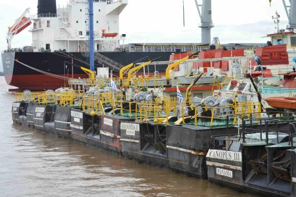 En el período de zafra de soja, la ciudad ve transitar cientos de camiones hacia puerto. Foto: Daniel Rojas