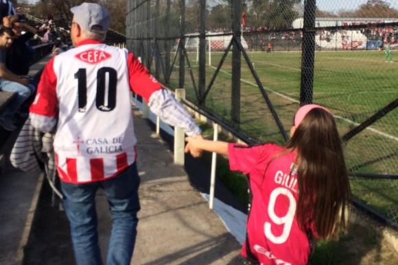Norberto y su nieta Giuliana ingresan a la tribuna tolerancia en el Viera. Foto: @ma__teo