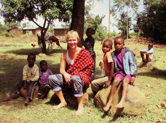 Unganda: el ruso rodeado de niños en si visita a África. Foto: Yasik Smirnoff