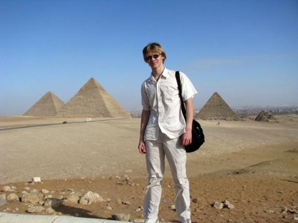 Egitpo: Yasik frente a las tres pirámides de Giza. Foto: Facebook Yasik Smirnoff