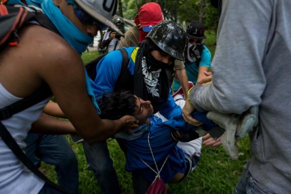 La protesta fue encabezada por universitarios, la policía les cerró el paso. Foto: AFP