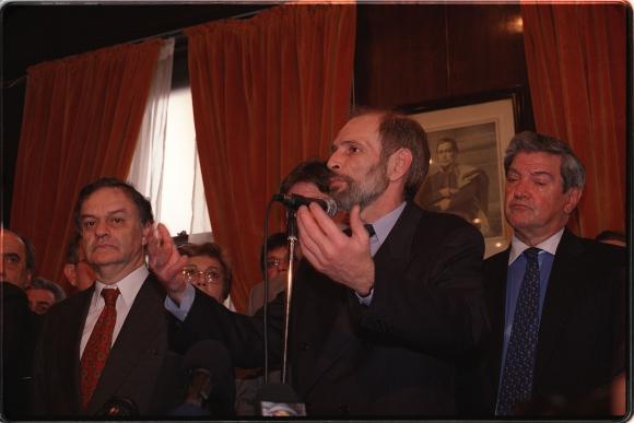 Atchugarry asume como ministro de Economía en 2002, acompañado del ministro saliente  Alberto Bensión y Guillermo Stirling. Foto: Archivo EL PAÍS