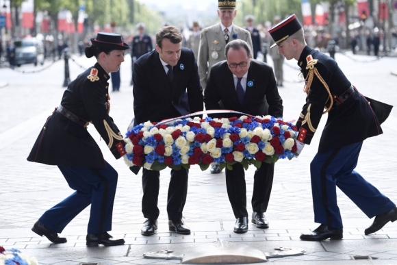 Macron y Hollande en París por el acto de capitulación de Alemania en la Segunda Guerra. Foto: AFP
