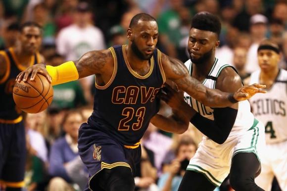 LeBron James nuevamente fue figura en el triunfo de Cleveland. Foto: AFP