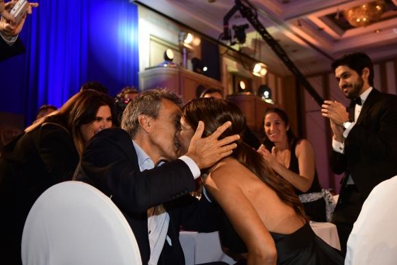 El beso de su pareja, Philippe Pinet, estuvo presente en las dos oportunidades.