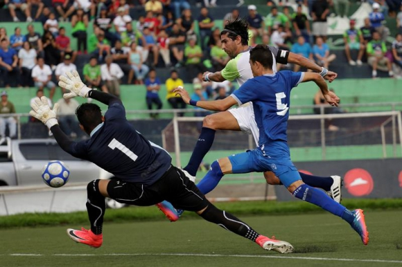 Gol de Sebastián Abreu ante la selección de El Salvador. Foto: EFE