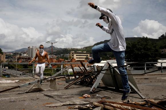 Durante el paro de 24 horas se realizaron barricadas como medida de protesta. Foto: Reuters