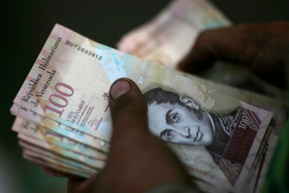 El gobierno venezolano saca de circulación el billete de 100 bolívares. Foto: Reuters.
