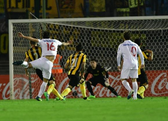 Sebastián Rodríguez ya remató y la pelota va en dirección al arco aurinegro. Foto: Gerardo Pérez