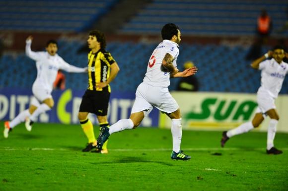 Sebatián Rodríguez inicia el festejo del gran gol que anotó en el clásico. Foto: Gerardo Pérez