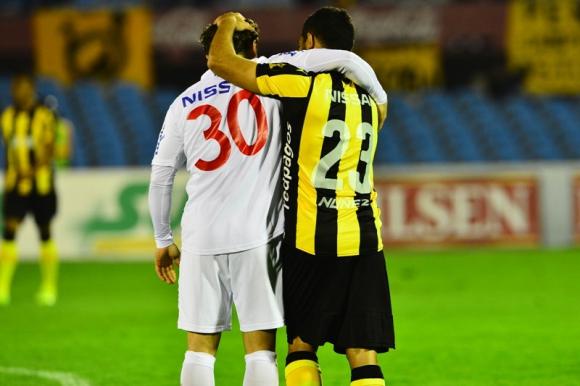 El abrazo entre Sebastián Fernández y Walter Gargano antes del partido. Foto: Gerardo Pérez