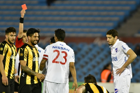 Ostojich en el momento que le muestra la tarjeta roja a Agustín Rogel. Foto: Gerardo Pérez