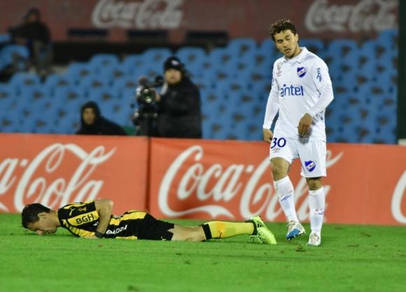 Maximiliano Rodríguez, que no tuvo un buen debut, tirado en el césped. Foto: Gerardo Pérez