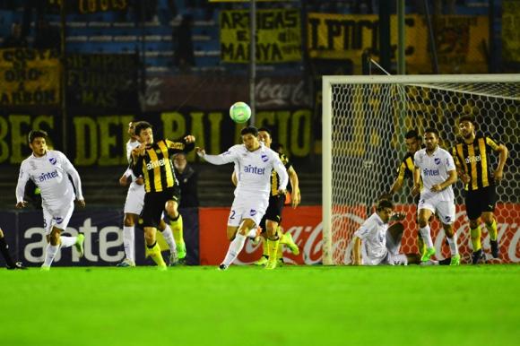 Aquí arranca el contragolpe de Alfonso Espino que después no terminó en gol. Foto: Fernando Ponzetto