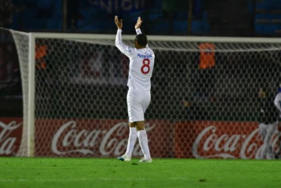 Diego Arismendi, al final del partido, saluda a la parcialidad de la Colombes. Foto: Gerardo Pérez