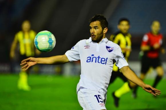 Álvaro González, de gran clásico, se prepara para dominar la pelota. Foto: Gerardo Pérez