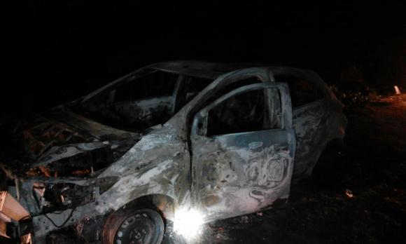 Auto incendiado en Casavalle. Foto: Bomberos