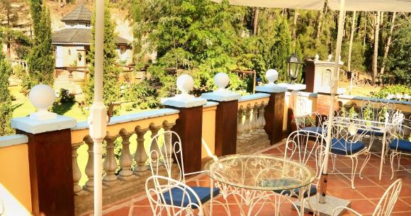 La enorme casona, con su vegetación y  paleta cálida de colores genera un ambiente que remite al mediterráneo.
