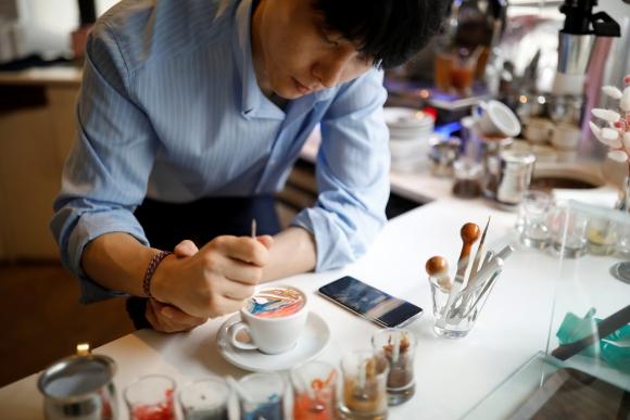 Lee Kang-bin aprendió a preparar café cuando tenía 17 años, en el servicio militar. Foto: Reuters