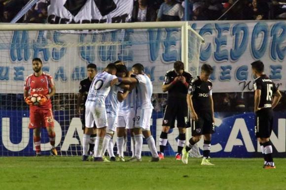 Martín Campaña ya fue vencido y Luis Rodríguez celebra con sus compañeros. Foto: AFP