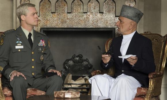 Sir Ben Kingsley encarna a Hamid Karzai, presidente de Afganistán en ese entonces.