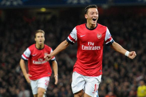 Mesut Ozil convirtió uno de los goles del Arsenal frente al Manchester Unitd. Foto: @ArsenalFC