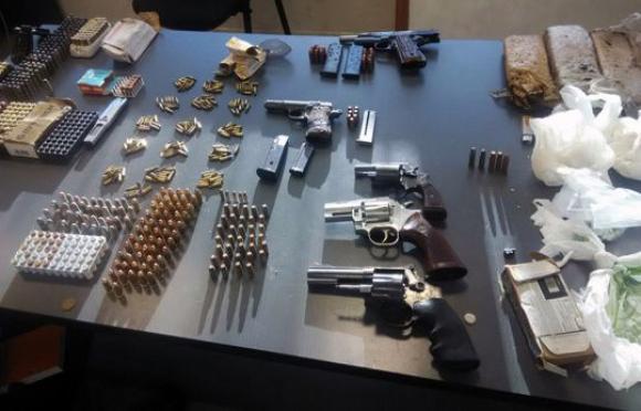 Armas y balas incautadas en el depósito de Malvín Norte. Foto. Unicom