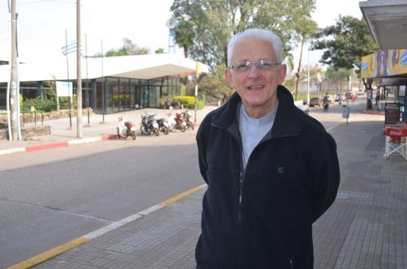 Obispo: Galimberti defendió a la directora frente a la fachada del liceo N° de Salto. Foto: C. Tapia