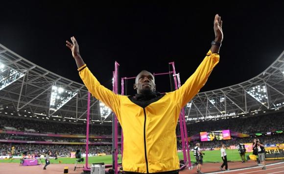Usain Bolt despidiéndose del público en el estadio Olímpico de Londres. Foto: AFP