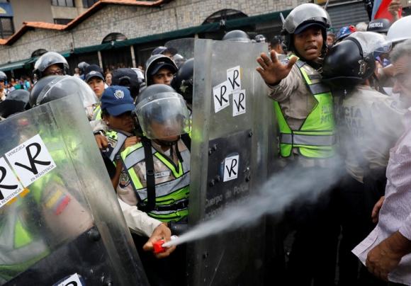 La Guardia Bolivariana no tuvo piedad y lanzó gas pimienta contra la marcha. Foto: Reuters